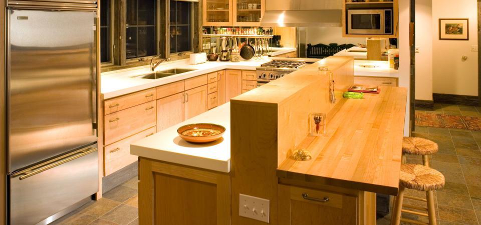 Modern kitchen and home by Dakan Enterprises.